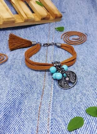 Pulseira de camurça estilo hippie chic com pingente de howlita azul