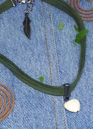 Colar boho chic verde militar com pedra natural de howlita