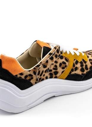 Tênis sneakers recortes em sintético pelo de onça, nobucado preto e nobucado mostarda