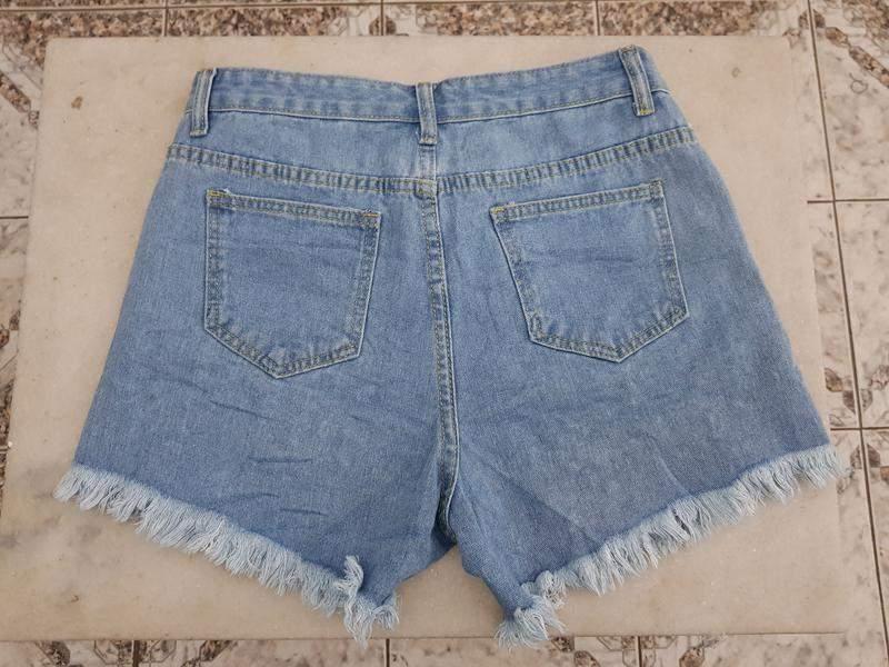 Brenda Barcelos / Short jeans claro cintura alta detalhes de aplicações spikes verao 2020