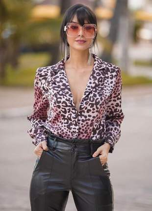 Body animal print com decote e gola lapela.