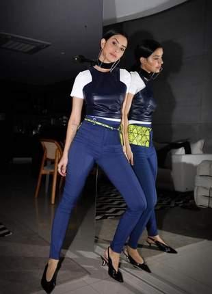 Calça azul royal em brim com elastano, caimento ajustado de cintura alta.