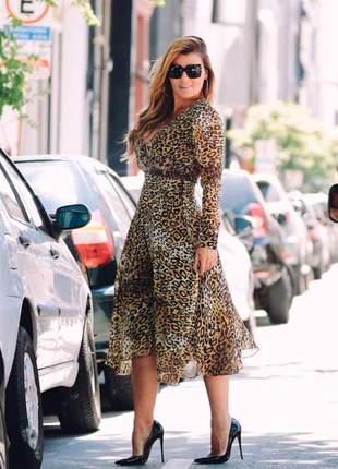 Vestido midi animal print onça,manga longa em crepe, com barra assimétrica.