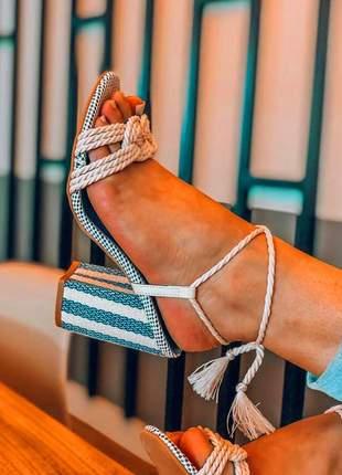 Sandália salto grosso azul com amarração