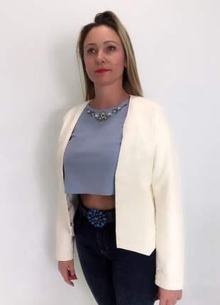 Jaqueta couro eco fashion costura com fechamento de colchetes.