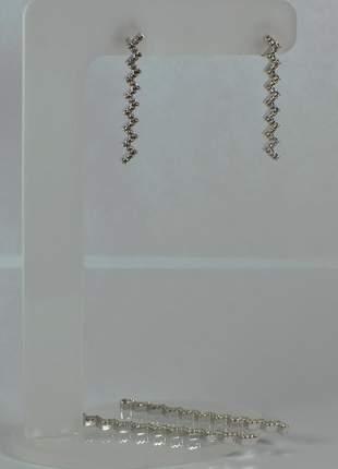 Brinco zig-zag cravejado ródio branco semijoia gazin