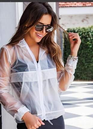 Jaqueta branca corta vento com touca em poliuretano.