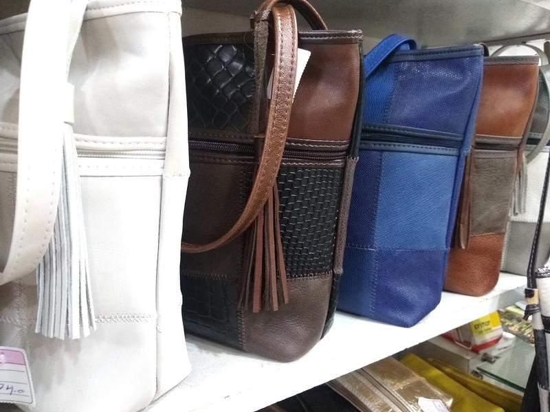 Julie Bolsas / Bolsa em couro legitimo retalhos selecionados direto de fabrica animale (pêlos)