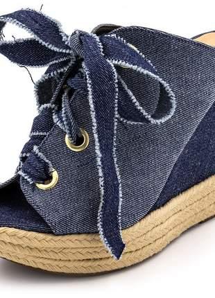 Tamanco anabela salto alto em tecido jeans com ilhos dourado