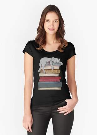 Blusinha preta livros e gato