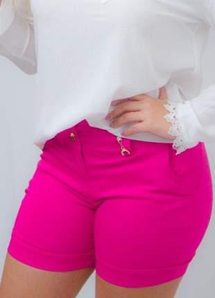 Bermuda feminina em bengaline com detalhes e bolso plus size