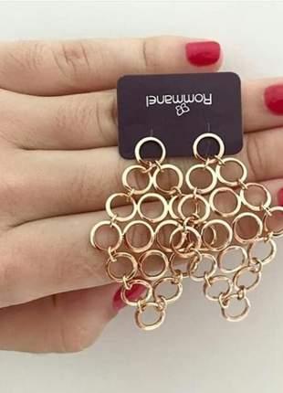 Brinco rommanel formado por círculos vazados folheado a ouro 18k losângo. med 5,2 cm.