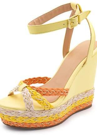 Sandália anabela salto alto em napa amarelo claro detalhes em trança