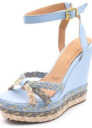 Sandália anabela salto alto em napa azul serenity detalhes em trança