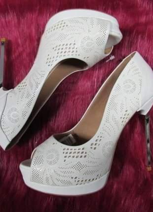 Sapato peep toe salto alto metalizado cor branca com trabalho recortes à laser.