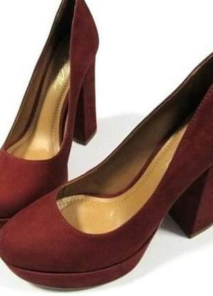 Sapato salto alto grosso, modelo fechado, bico arredondado com toque aveludado.