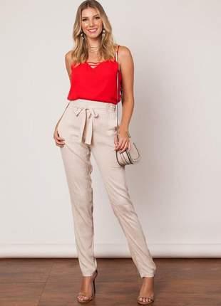 Calça cós alto em linho com amarração e bolsos.