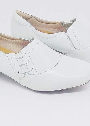 Sapato branco em couro para quem trabalha na área da saúde