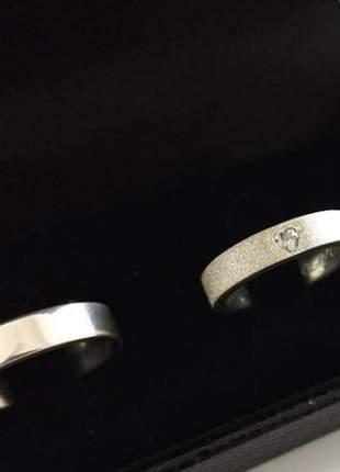 Par de aliança 4,5mm jateada pedra coração, masculina lisa prata