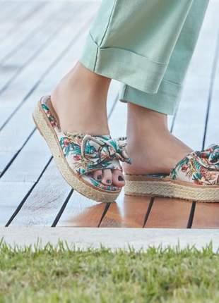 Sandália rasteira com detalhe em corda