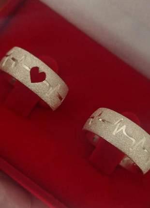 Par de aliança 8mm jateada detalhes batimentos cardíacos em prata