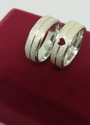 Par de aliança 8mm jateada feminina com coração vazado em prata