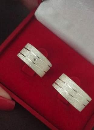 Par de aliança 10mm jateada dois frisos diagonais em prata