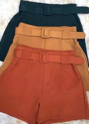 Shorts alfaiataria com cinto.