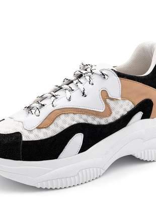 Tênis sneakers chuncky recortes. confeccionado em napa branca com nude e nobucado preto