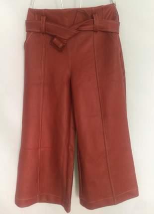 Calça pantacourt couro eco, com cinto que da potencial e charme ao look.