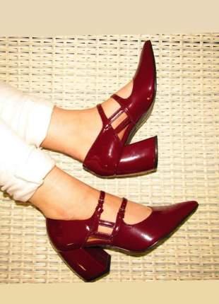 Sapato scarpin bico fino salto grosso, com tiras frontas e fecho fivelas