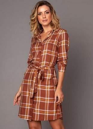 Vestido chemise midi estampa xadrez com botões e faixa amarração. peça super versátil.