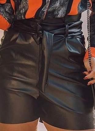 Short feminino laço em couro eco cintura alta com bolsos