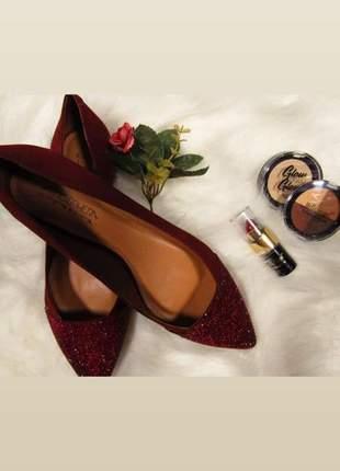 Sapatilha bico fino cor vinho com detalhe brilho sutil marca tabita