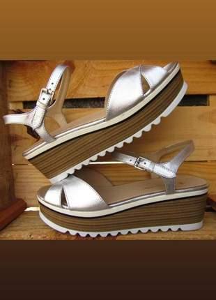 Sandália prateada plataforma tratorada com salto médio que dá conforto.