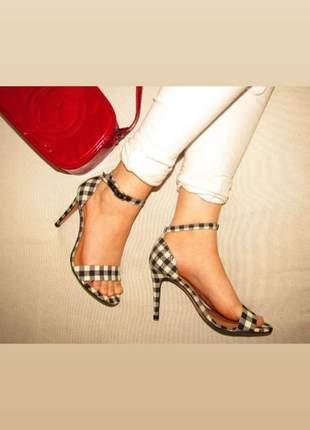 Sandália salto alto tiras xadrez preto e branco