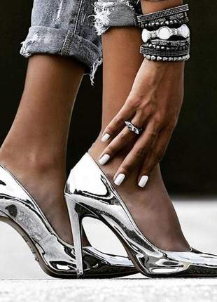 Sapato scarpin salto alto prateado envernizado bico fino