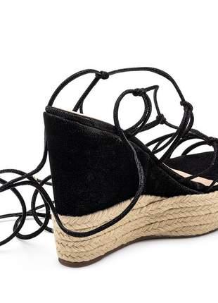 Sandália anabela salto alto aberta e trançada em nobucado preto