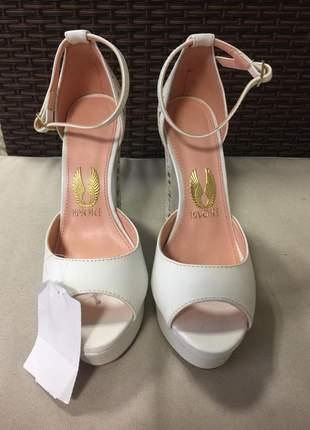 Sapato sandália meia pata, salto alto branco com detalhe à laser com dourado.