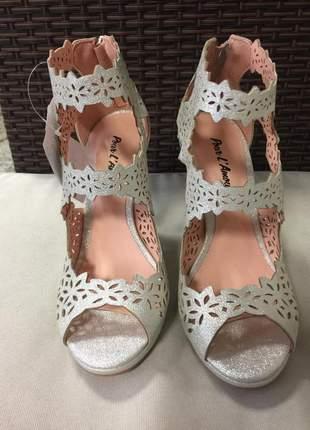 Sandália meia pata salto alto com tiras desenhadas à laser branco com prata.
