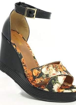 Sandália feminina plataforma crômic preto verniz e floral
