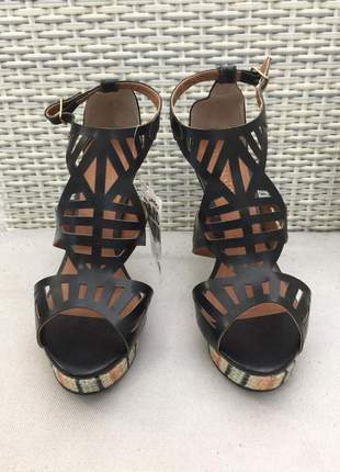 Sandália, meia pata, salto alto, recorte à laser com detalhe bordado geométrico no solado.