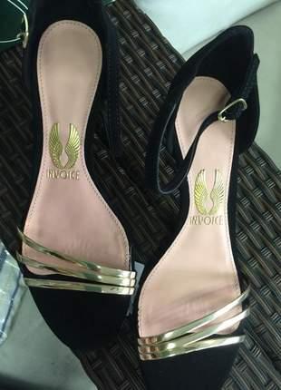 Sandália salto baixo dourada com preto camurça.