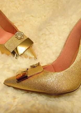 Scarpin salto alto festa glitter brilho e detalhe fashion dourado
