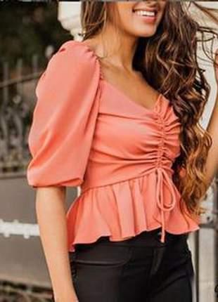 Blusa mangas bufantes, apresenta detalhes diversos que dão toque romântico.