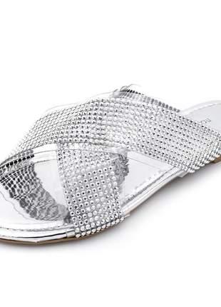 Sandália rasteira aberta trançada em transparencia com strass prata