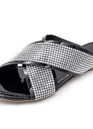 Sandália rasteira aberta trançada em verniz preto com strass prata