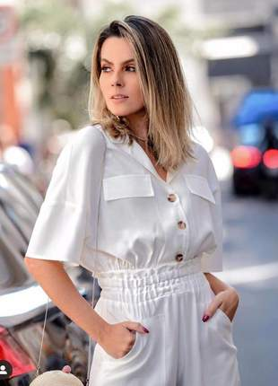 Conjunto calça capri cós drapeado e blusa manga curta com bolsos e botões frontais.