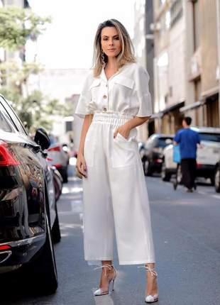 Conjunto elegante calça capri cós drapeado e blusa manga curta com bolsos.