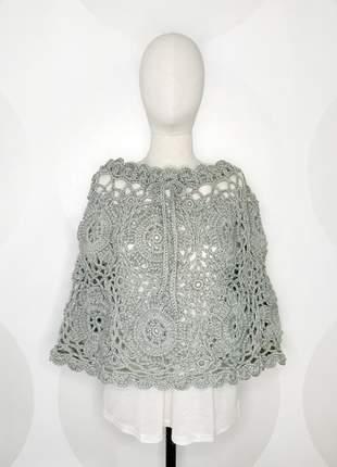 Poncho de crochet de lã cinza modelo flor feito à mão